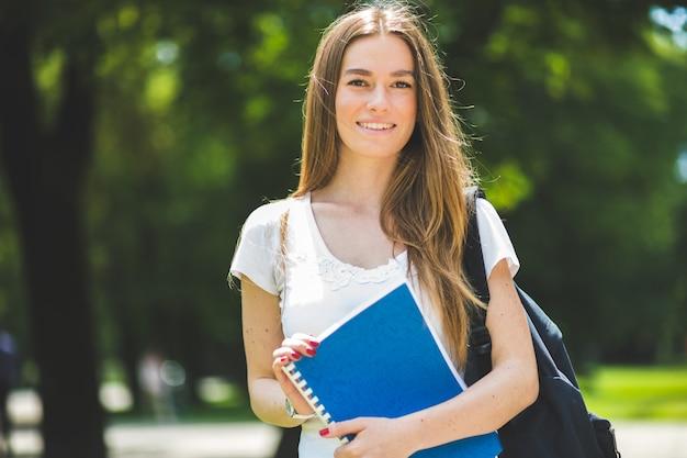 屋外で笑顔の学生
