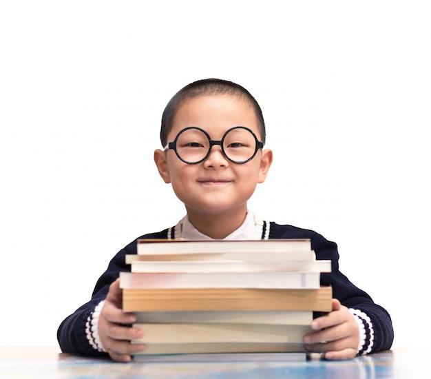 彼の本で座って笑顔学生