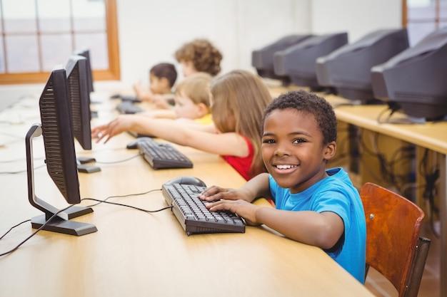 コンピュータを使って笑っている学生