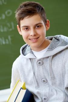 Улыбаясь студент с повседневной одежды