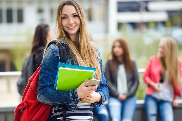 コンピュータと生徒を笑顔 無料写真