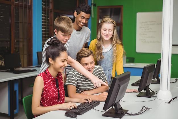 Улыбающиеся студенты, обучающиеся в компьютерном классе