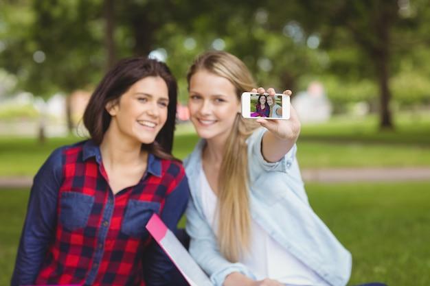 공원에서 야외 selfie을 복용 웃는 학생