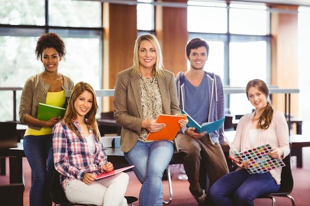 과제에 협력하는 학생 미소