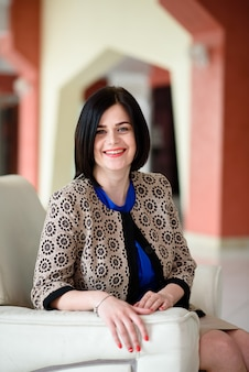 Улыбающаяся успешная деловая женщина. Premium Фотографии