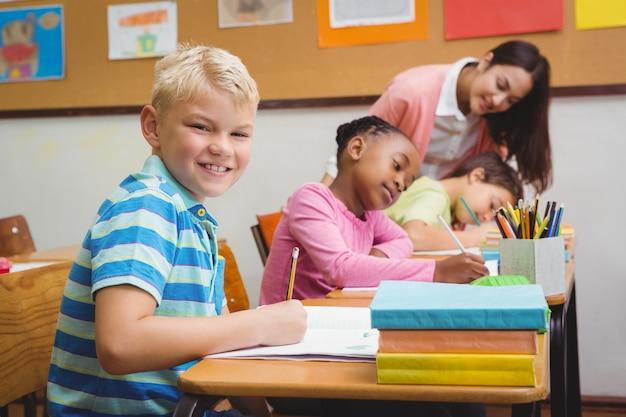 学生を助ける笑顔の先生