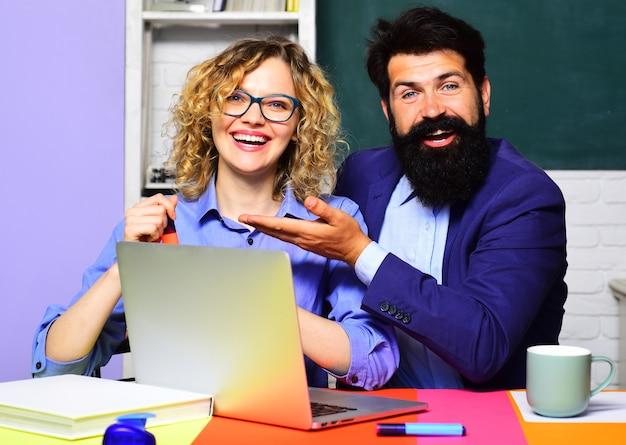 職場で笑顔の先生。世界教師の日。学校の仕事。高校のコンセプト。大学の学生。