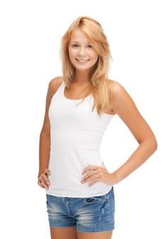 空白の白いtシャツで10代の少女の笑顔