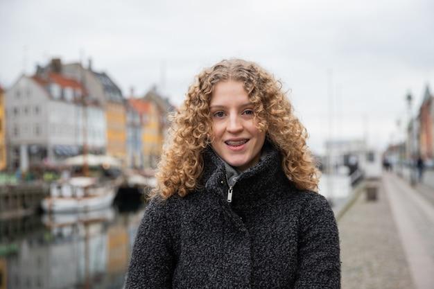10代の少女の笑顔、中かっこを着用、冬、コペンハーゲンにいます