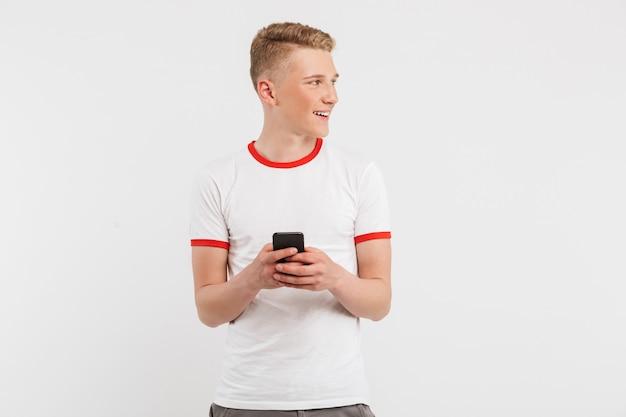 깨끗 한 건강 한 피부 copyspace copyspace 옆으로보고 하 고 흰색 절연 스마트 폰을 사용 하여 깨끗 한 건강 한 피부를 데 웃 고