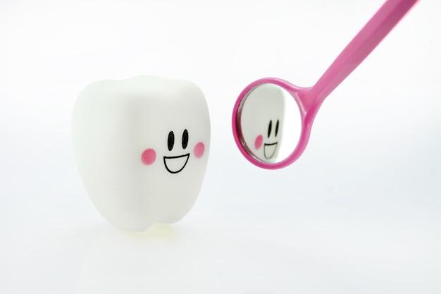 笑顔の歯の感情と歯の鏡