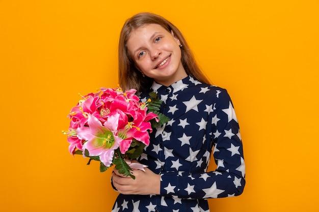 Sorridente inclinando la testa bella bambina con bouquet