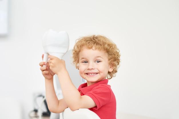 Улыбающийся малыш в стоматологическом кабинете