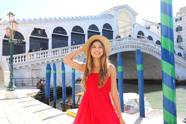 베니스, 이탈리아에서 빨간 드레스와 웃는 관광 소녀