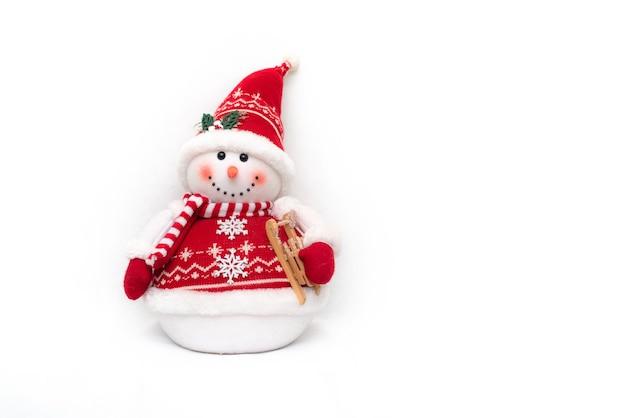 Улыбающийся игрушечный снеговик на белом