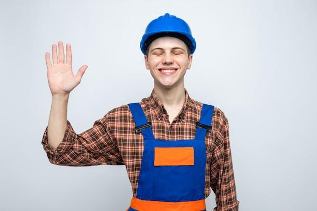 제복을 입은 5명의 젊은 남성 건축업자를 보여주는 닫힌 눈으로 웃고