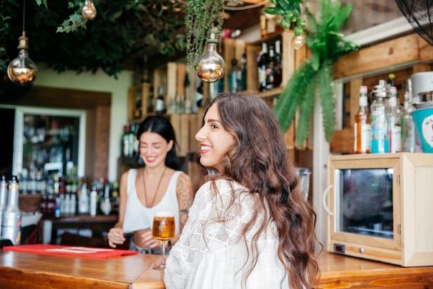 Улыбка женщины и бармена