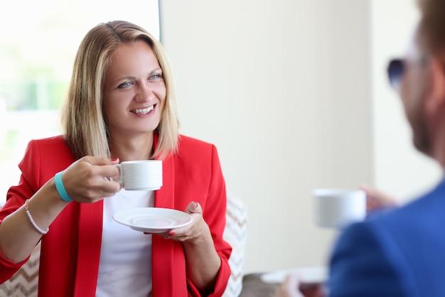 웃는 여자와 남자 마시는 커피 근접 촬영