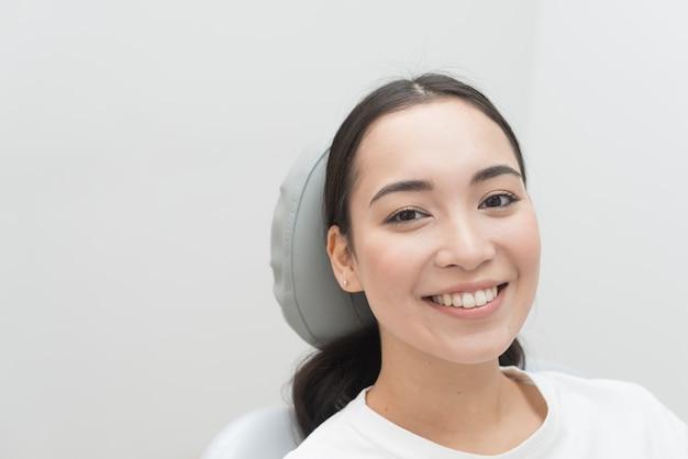 歯医者で笑顔の女性
