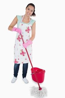 笑顔の女性は、床を掃除