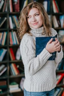 笑顔の女性抱擁の本