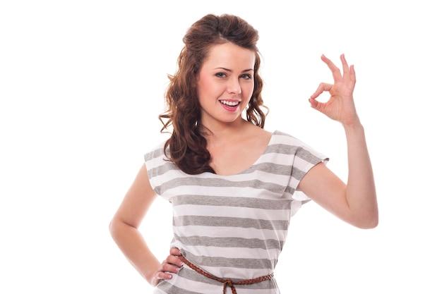 Okサインを身振りで示す笑顔の女性