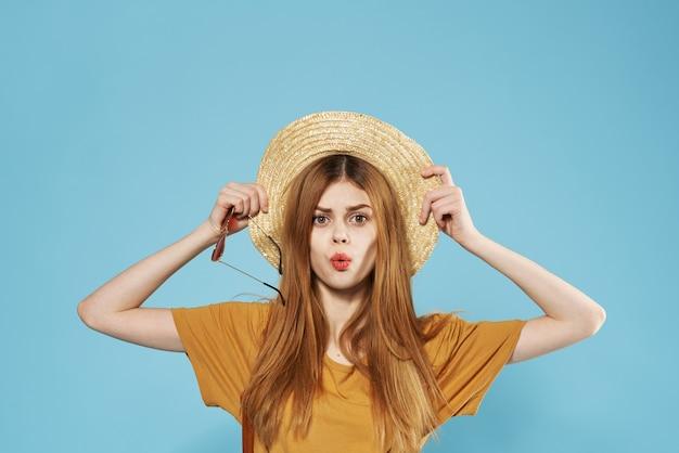 笑顔の女性の帽子ファッショナブルな服の化粧品のトリミングビュー Premium写真