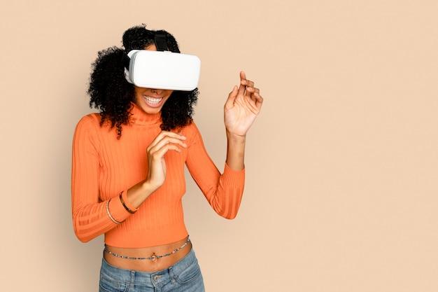 Улыбающаяся женщина с удовольствием с цифровым устройством vr-гарнитуры