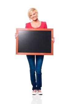黒板を持って笑顔の女性