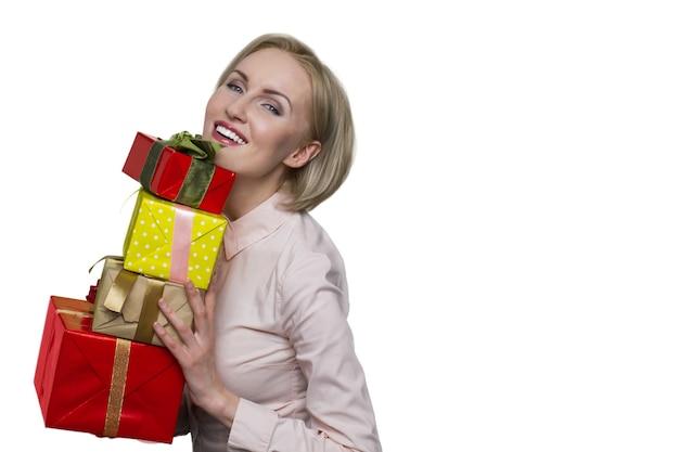 흰 벽에 선물 상자를 들고 웃는 여자