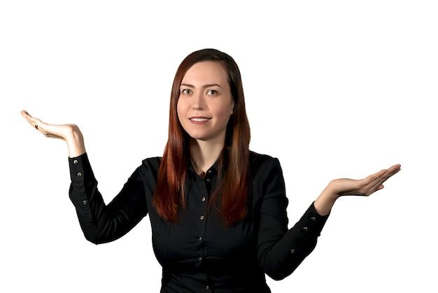 웃는 여자는 마치 찬반 양론의 무게를 재는 것처럼 손바닥을 저울 그릇처럼 잡고 있다