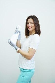 웃는 여자는 흰색 배경에 총 건강 또는 청소 개념 covid와 같은 방부제 또는 세제 스프레이 병을 보유
