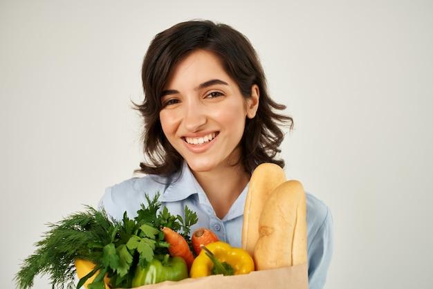 파란색 셔츠 음식 가방 야채 건강 식품 유기농에 웃는 여자