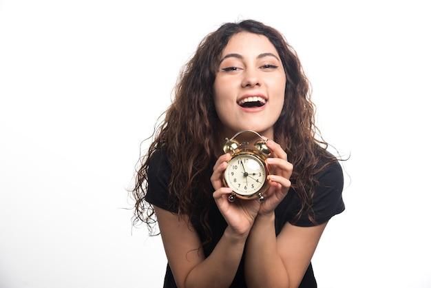 白い背景の上のカジュアルなブラウスで笑顔の女性。高品質の写真