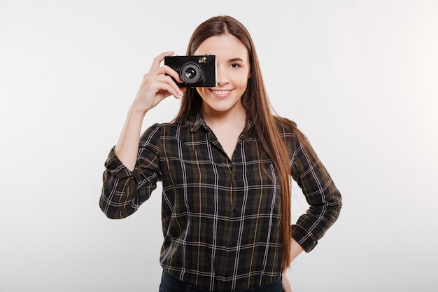 레트로 카메라에 셔츠 만들기 사진에 웃는 여자