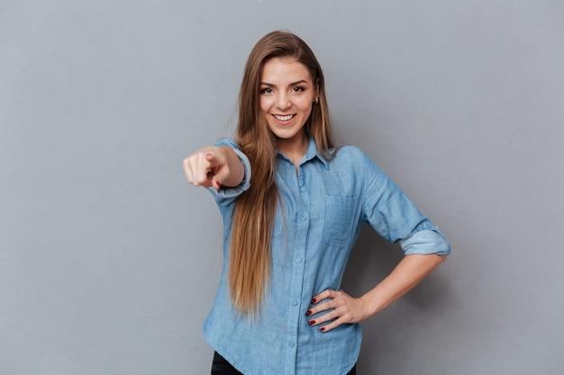 カメラを指してシャツで笑顔の女性