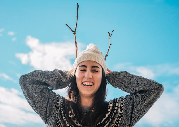 Улыбка женщины в свитере