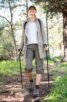 Улыбающаяся женщина нордическая ходьба