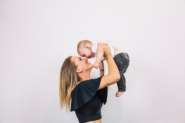 아기와 함께 놀고 웃는 여자