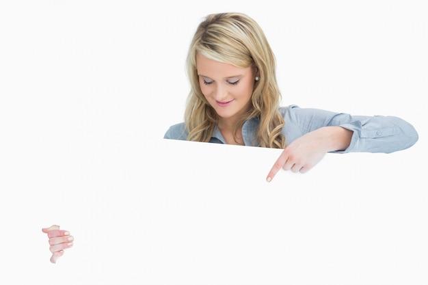 ポスターを指差す笑顔の女性