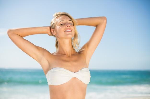 해변에서 포즈 웃는 여자