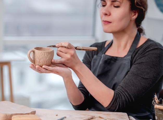 ワークショップで働く笑顔の女性陶芸家