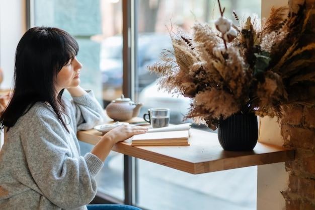 커피숍에서 책을 읽고 웃는 여자