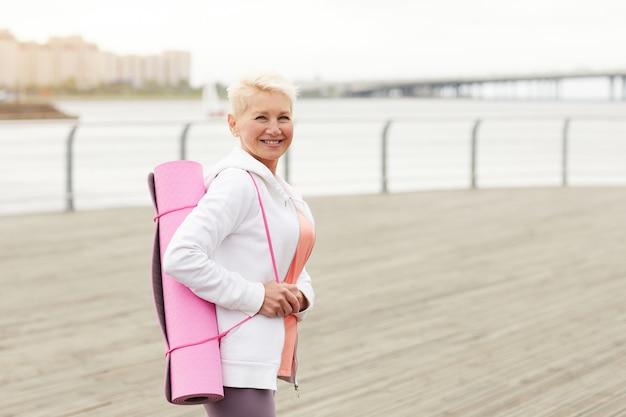 부두에 운동 준비가 웃는 여자