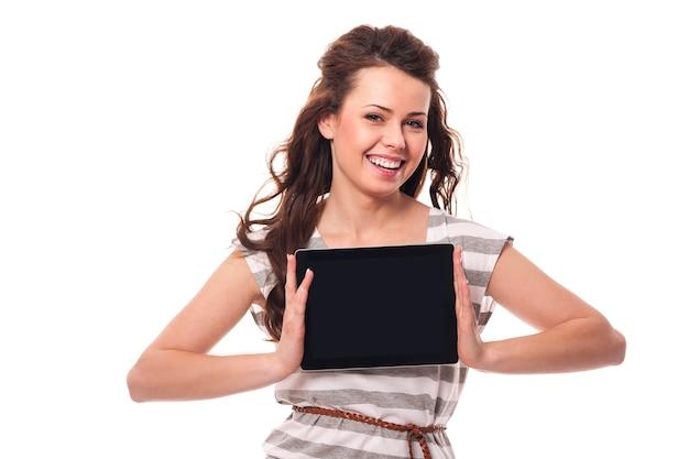 Donna sorridente che mostra lo schermo della tavoletta digitale