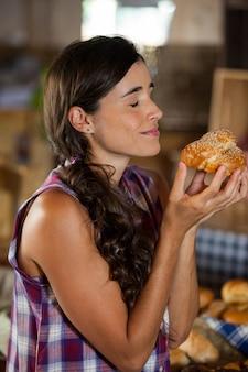 カウンターでパンの臭いがする笑顔の女性