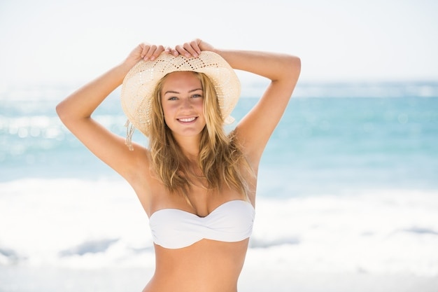 해변에 서 서 웃는 여자