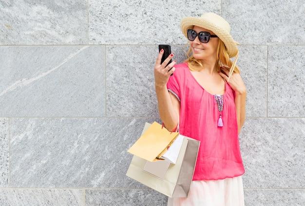 쇼핑 후 selfie를 복용 웃는 여자