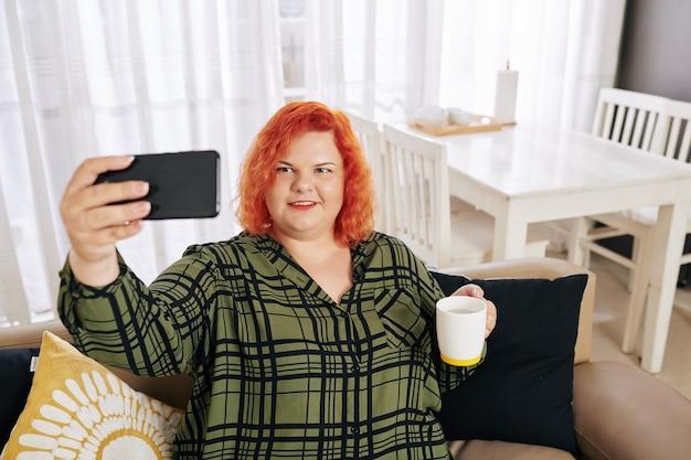 Selfie를 복용 웃는 여자
