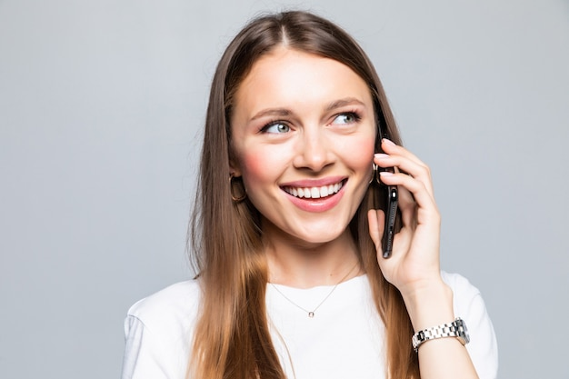 Улыбающаяся женщина разговаривает по смартфону изолированы